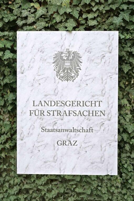 Schild auf Fakemarmor Fakestein